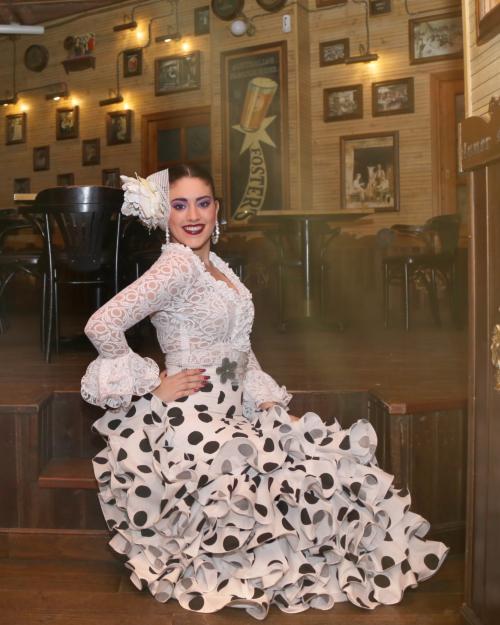 Falda rociera señora blanca lunar negro. Camisa encaje